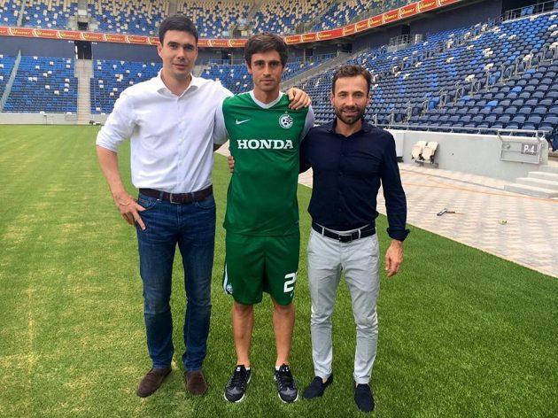 Kamil Vacek na moderním stadiónu Maccabi Haifa spolu se svými manažery Jindřichem Šťastným (vlevo) a Viktorem Kolářem.