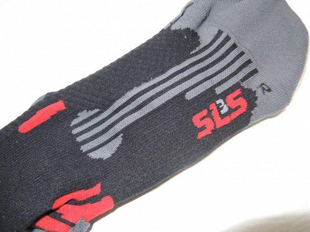 Pouze tady je malé písmenko označující, na kterou nohu ponožka patří.