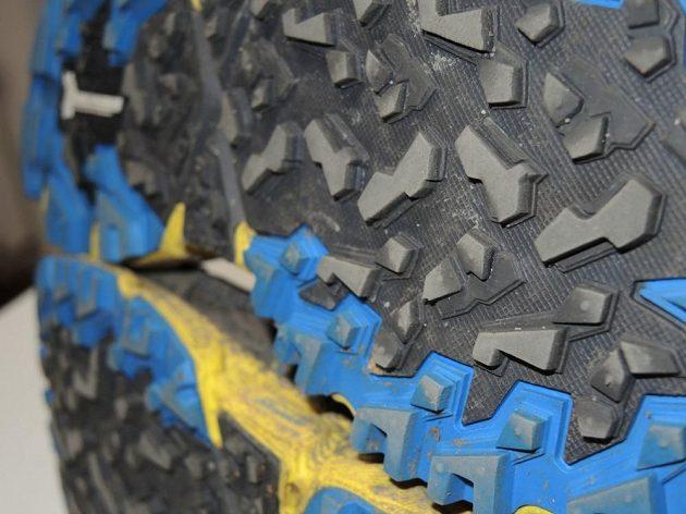 Běžecké krosové boty Mizuno Wave Daichi 2 - na některých místech se už drobné špuntíky rozloučily.