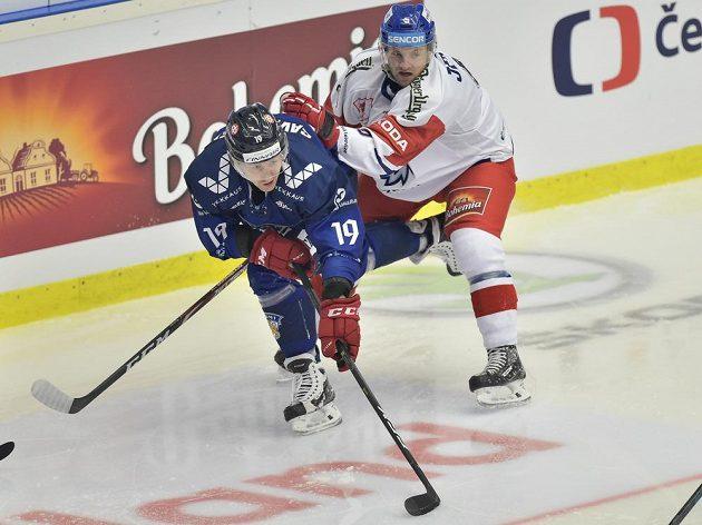 V souboji o puk (zleva) Veli-Matti Savinainen z Finska a český zadák Jakub Jeřábek.