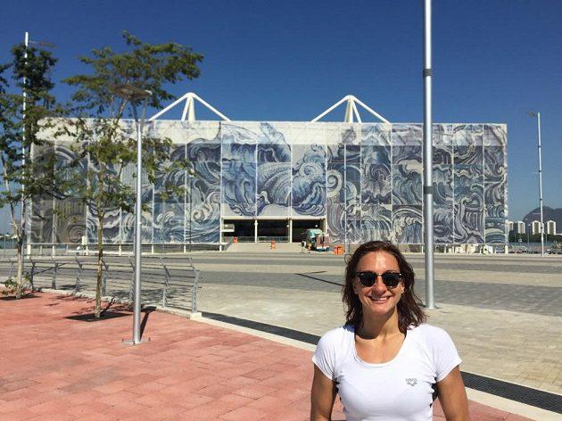 Barbora Závadová před olympijským plaveckým areálem.