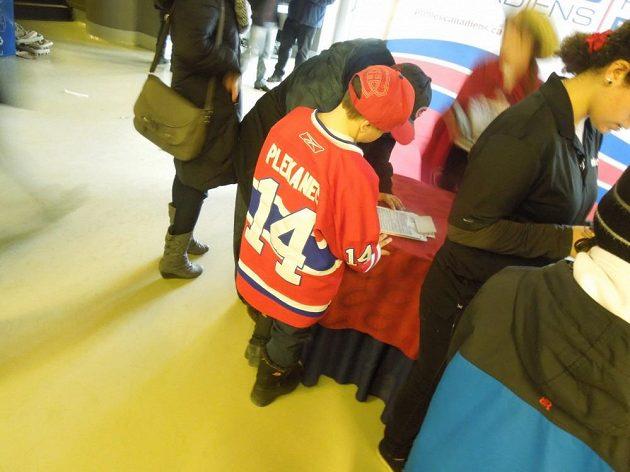 Malý fanoušek s dresem Tomáše Plekance při zápase Montrealu.