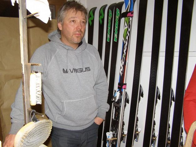 Tomáš Bank, trenér Ondřeje Banka, s lyžemi svého bratra během přípravy ve Val Gardeně.