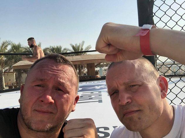 Trenéři Jaroslav Hovězák (vlevo) a Martin Karaivanov, který má na ruce náramek, ten obdrží na UFC v Abú Zabí každý, kdo má negativní testy na koronavirus.