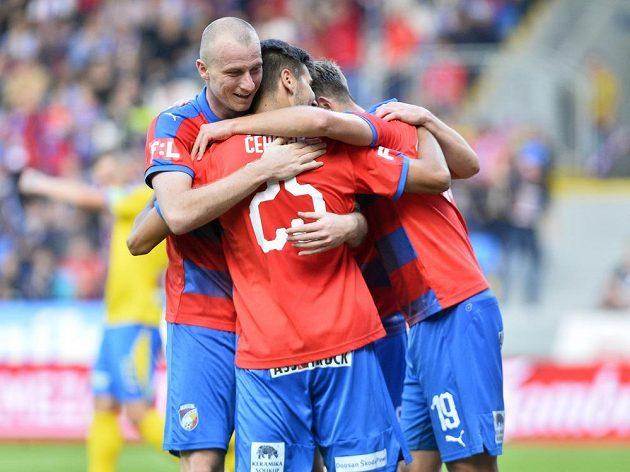 Fotbalisté Plzně se radují z prvního gólu, který dal Teplicím Aleš Čermák (uprostřed).