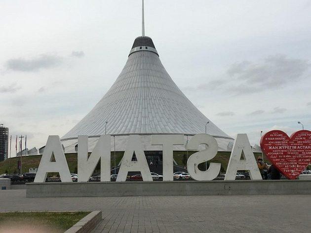 Nakupní středisko v Astaně připomínající televizní věž na Ještědu.