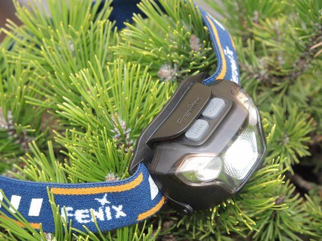 Čelovka Fenix HL26R: Kromě odolnosti nabízí také 3 světelné diody a 4 indikační.