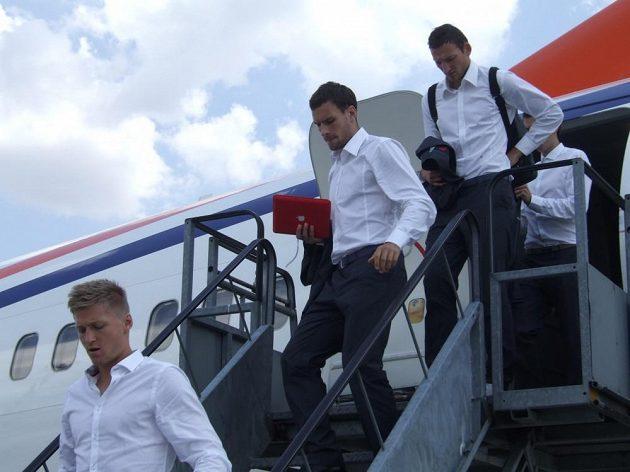 Michael Rabušic (třetí zprava) a Libor Kozák po přistání v Budapešti.
