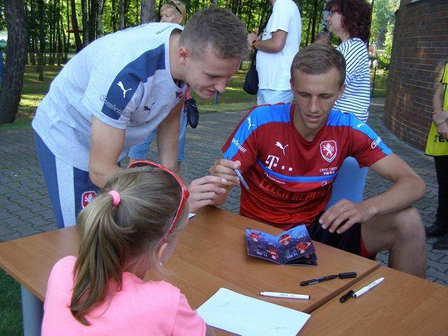 Jakub Jankto (vlevo) a Tomáš Souček během autogramiády po čtvrtečním tréninku české fotbalové reprezentace do 21 let v polských Tychách.