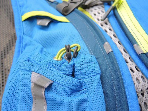 Běžecký batoh/běžecká vesta CamelBak Ultra 10 - detail stahování velké přední kapsy.
