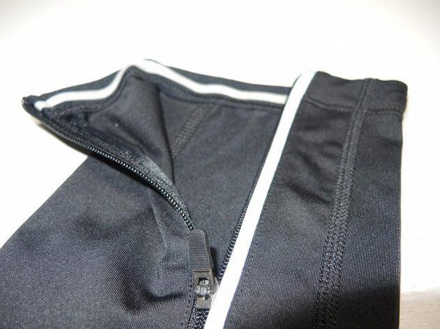 Zipy mají úzkou reflexní légu. Konce nohavic jsou z vnitřní strany vybaveny silikonovými proužky proti shrnování.
