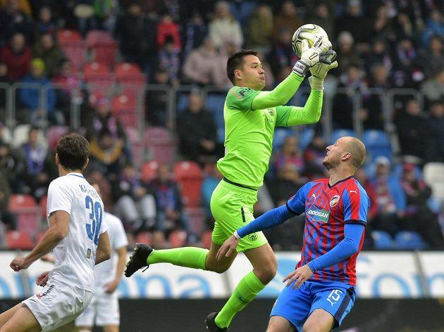 Brankář Liberce Filip Nguyen chytá míč před plzeňským útočníkem Michaelem Krmenčíkem. Vlevo přihlíží liberecký Taras Kačaraba.
