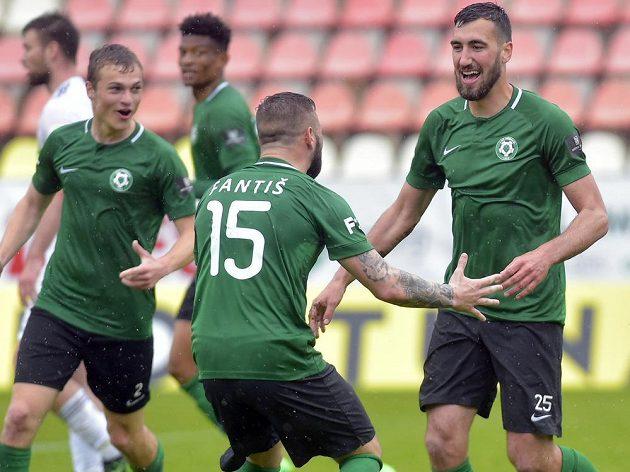 Fotbalisté Příbrami se radují z gólu, který dal Karel Soldát (vpravo).