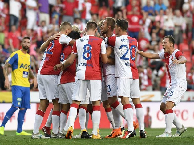 Fotbalisté Slavie se radují z prvního gólu.