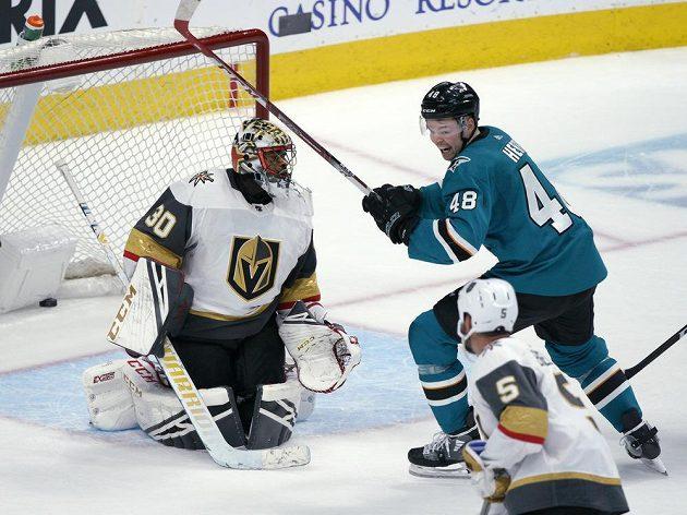 Tomáš Hertl ze San José slaví víězný gól spoluhráče Burnse do sítě brankáře Malcolma Subbana v zápase NHL proti Vegas.