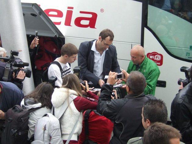Brankář české reprezentace Petr Čech rozdává po přistání v Sofii autogramy.