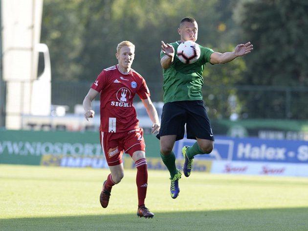 Příbramský Miroslav Slepička zpracovává míč, sleduje ho Václav Jemelka z Olomouce.