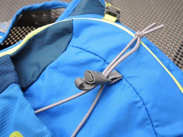 Běžecký batoh/běžecká vesta CamelBak Ultra 10 - detail stahování gumolanka.