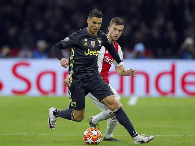 Cristiano Ronaldo (vepředu) z Juventusu a Joel Veltman z Ajaxu.