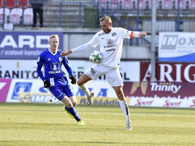 Vlastimil Daníček ze Slovácka (vpravo) si zpracovává míč před olomouckým Václavem Jemelkou.