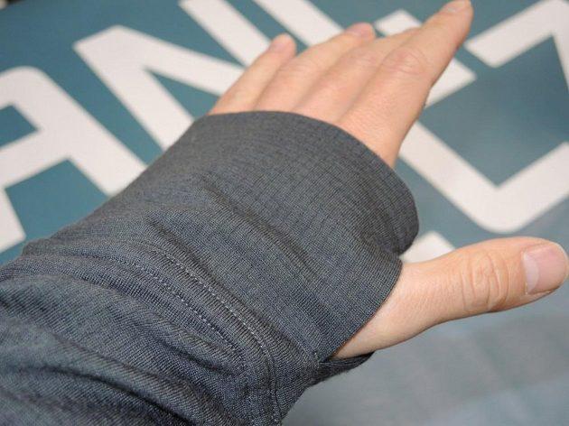 Icebreaker Ellipse Long Sleeve Half Zip Hood: Stačí protáhnout palec a z rukávu je poloviční rukavice.