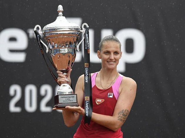 Tenistka Karolína Plíšková s pohárem pro vítězku LiveScore Cupu po výhře nad Terezou Martincovou.