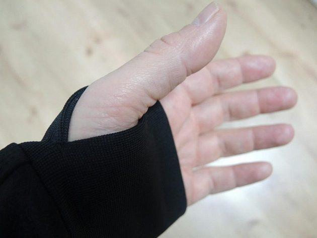 Prodlouženou manžetu s průstupem na palec využijete v chladnějších dnech.