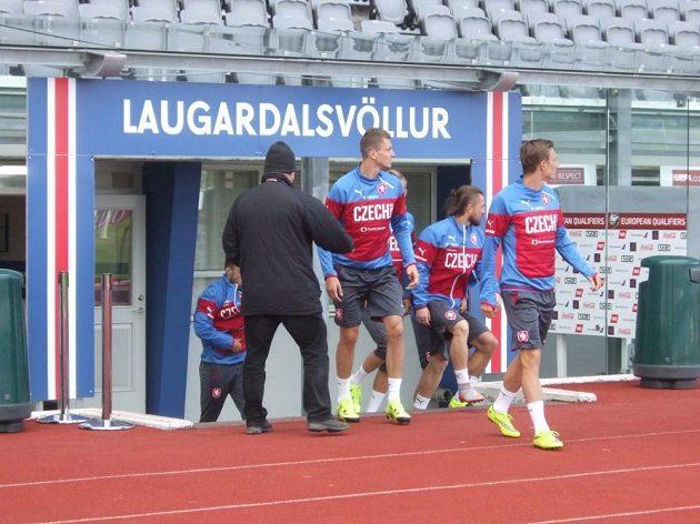 Češi nastupují k tréninku v Reykjavíku.