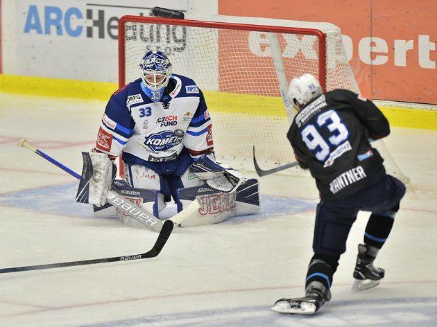 Plzeňský hokejista Matyáš Kantner pálí na branku Komety Brno, kterou v utkání extraligy hájil Lukáš Klimeš.