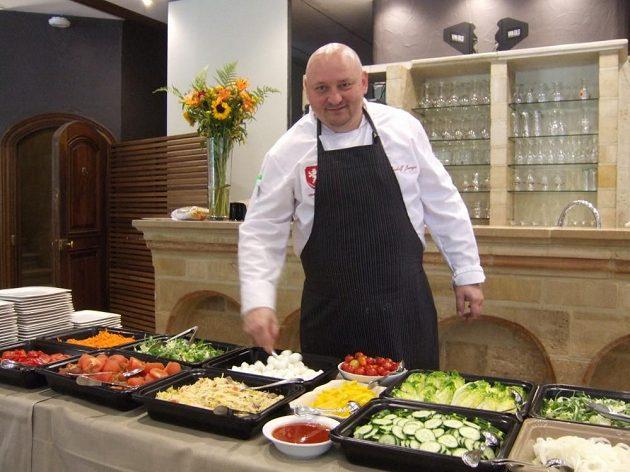 Chlapci, máte prostřeno... Kuchař národního týmu Rudolf Juriga v jídelně bruselského hotelu.