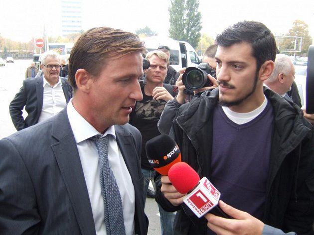Manažer fotbalové reprezentace Vladimír Šmicer v rozhovoru pro bulharské televize po přistání v Sofii.