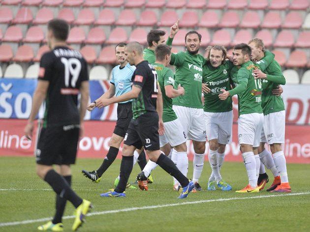Jablonečtí fotbalisté se radují z gólu proti Příbrami.