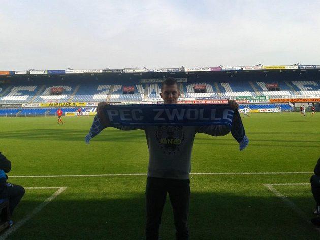 Útočník Tomáš Necid pózuje s klubovou šálou na stadiónu PEC Zwolle.