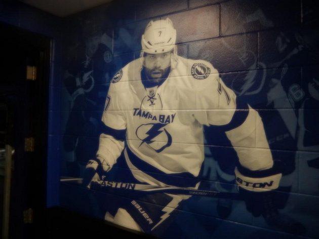 Radko Gudas na stěně uvnitř arény v Tampě ještě v dresu Lightning.