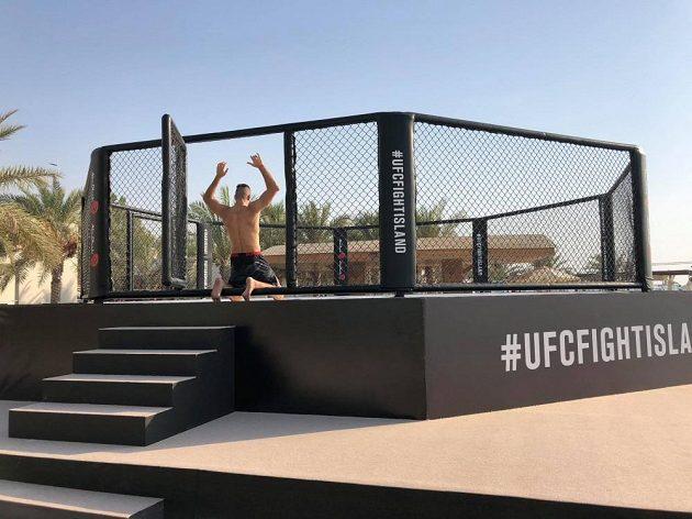 Jiří Procházka vstupuje do UFC klece v Abú Zabí.