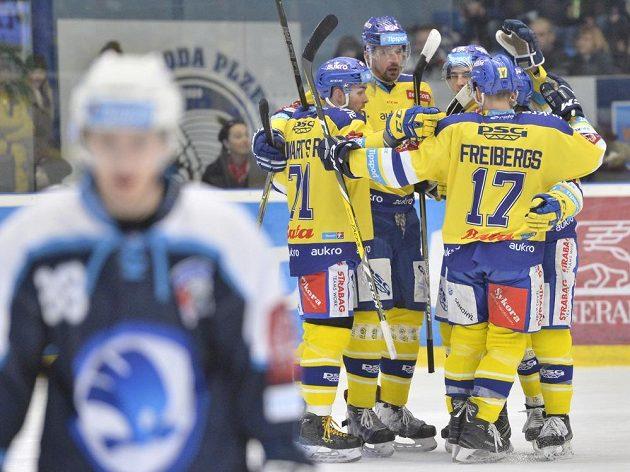 Hráči Zlína se radují z gólu během duelu v Plzni.