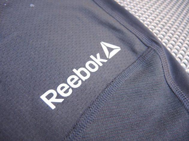 Logo vpředu i vzadu je reflexní.