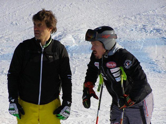 Ondřej Bank s Kristianem Ghedinou během prohlídky trati před závodem super-G ve Val Gardeně.