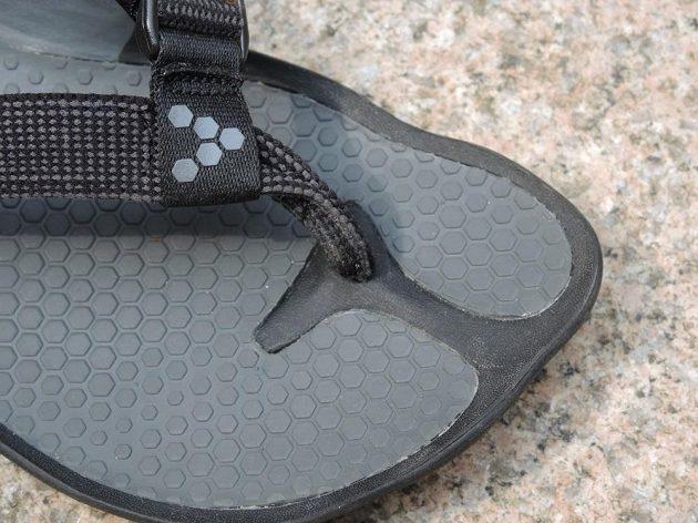 Vivobarefoot Eclipse: Někomu může pásek mezi prsty působit problémy.