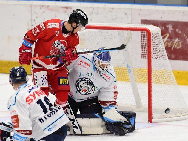 Jan Bambula z Olomouce a brankář Petr Kváča z Liberce během extraligového utkání.