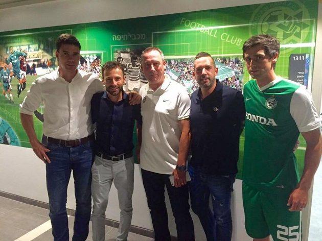 Kamil Vacek (první zprava) po podpisu smlouvy s Maccabi Haifa.