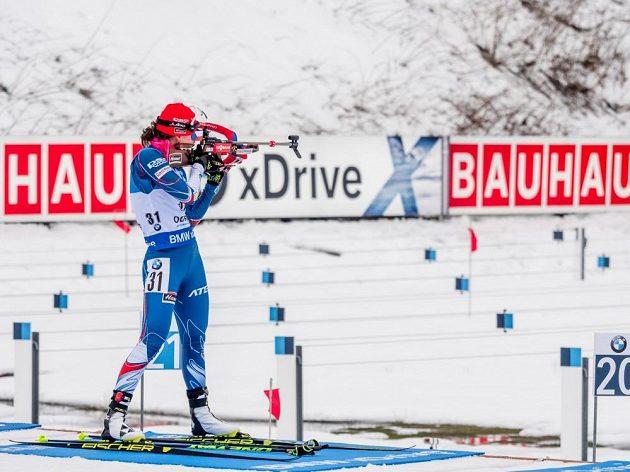Veronika Vítková při střelbě během sprintu v Oberhofu.