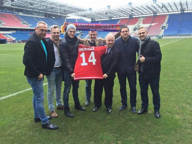 Český fotbalista Zdeněk Ondrášek (třetí zleva) po podpisu smlouvy s Wislou Krakov.