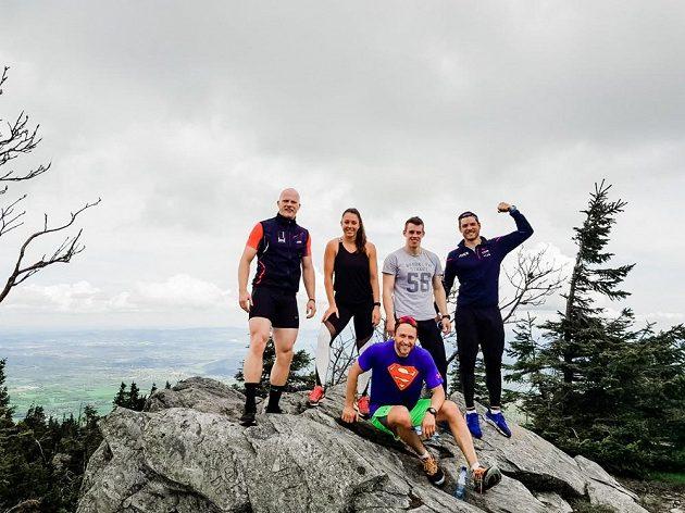 Skeletonistka Anna Fernstädtová s týmem českých bobistů v horách v Polsku.