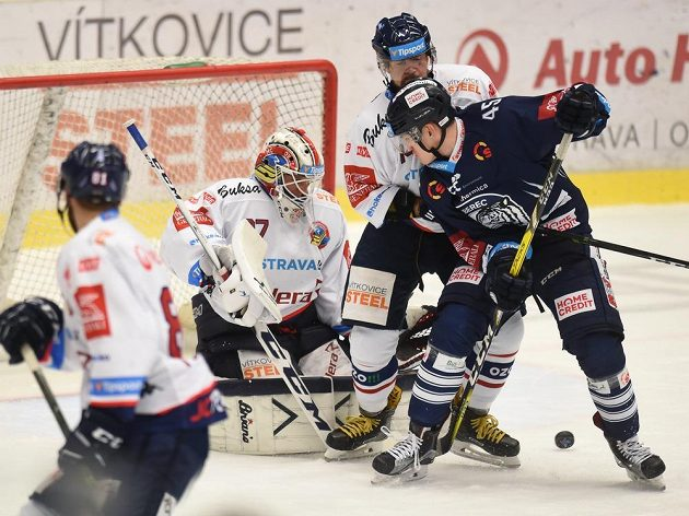 Brankář Vítkovic Daniel Dolejš zasahuje proti střele, dorazit se snaží Jan Ordoš (vpravo) z Liberce, kterého brání Marek Hrbas.