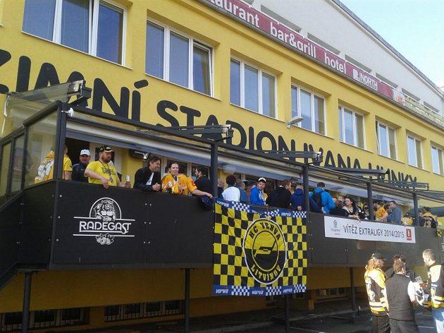 Fanoušci před Zimním stadiónem Ivana Hlinky slaví titul.