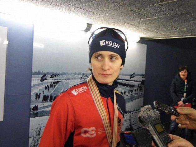 Martina Sáblíková po zlatém závodě na 3000 metrů v Heerenveenu předstoupila před novináře.