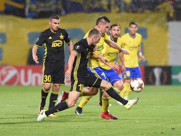 O míč bojují Gheorghe Anton (vpředu) z Tiraspolu a Lukáš Železník ze Zlína. Vlevo přihlíží Josip Brezovec z Tiraspolu, v pozadí zlínský Petr Jiráček.