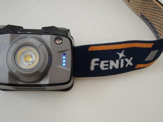 Odolná čelová svítilna Fenix HL32R - indikátory stavu akumulátoru.