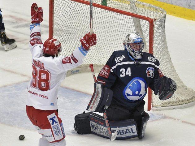 Erik Hrňa (vlevo) z Třince se raduje z třetího gólu, který vstřelil Vladimír Dravecký (není na snímku). Vpravo je překonaný brankář Plzně Dominik Frodl.